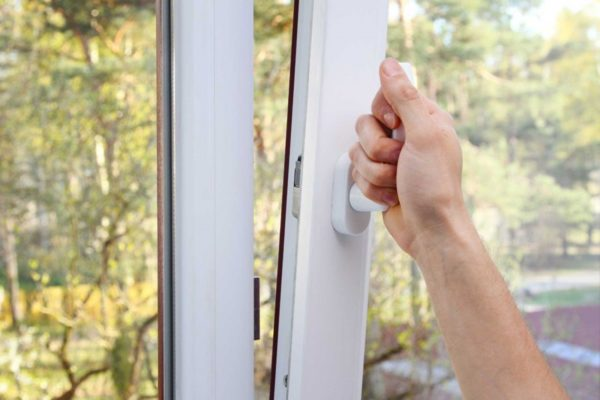 Открытое окно существенно снижает эффективность охладительного прибора