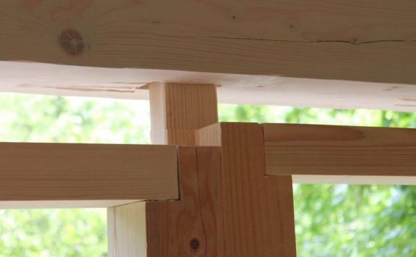 Разные деформационные зазоры над проемом, в котором состыкованы окно и дверь