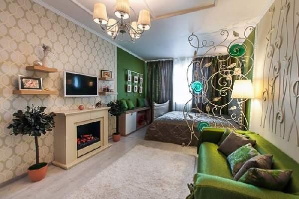 Использование разных обоев в сочетании с ажурной перегородкой позволяет удачно разделить комнату на спальню и гостиную
