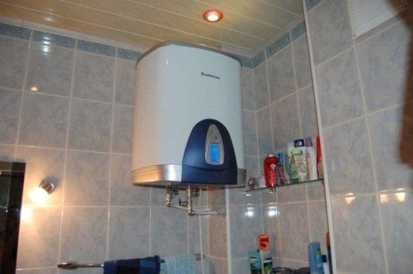 Водонагреватель, установленный в ванной