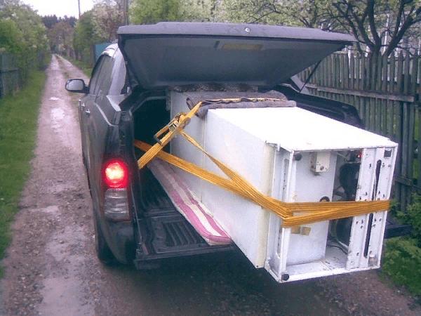 Перевозка холодильника на машине