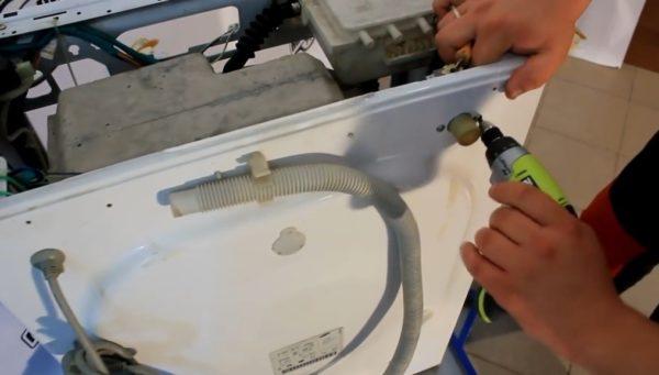 Шаг 8 – снятие части корпуса с порШаг 8 – снятие части корпуса с порошкоприемникомошкоприемником