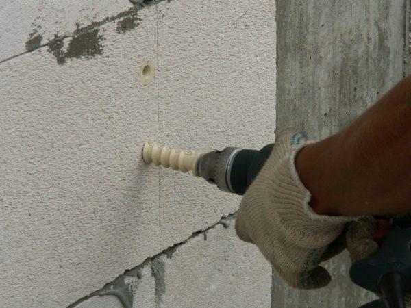 Использование специального крепежа при креплении кИспользование специального крепежа при креплении к пенобетонной стене пенобетонной стене