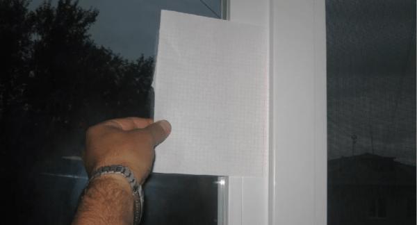 Даже при усиленном воздействии бумажный лист должен оставаться между рамой и створкой