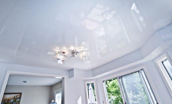 Белый глянцевый потолок имеет свои преимущества и недостатки