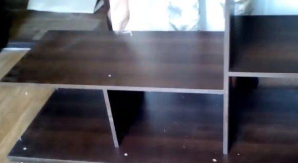 Эта модель шкафа имеет вертикальную перегородку в нижней части