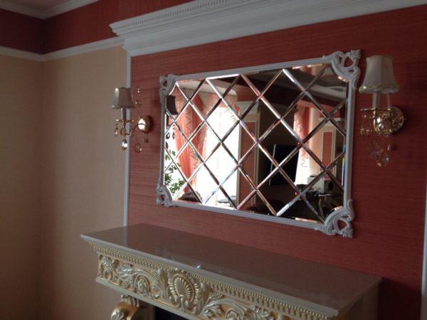 Зеркальное панно или зеркальная плитка – удачное решение, если вы хотите визуально увеличить пространство помещения и придать ему больше света