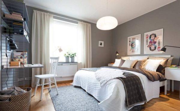 Помимо люстры в центре потолка, дополнительно устанавливаются торшеры по обе стороны кровати