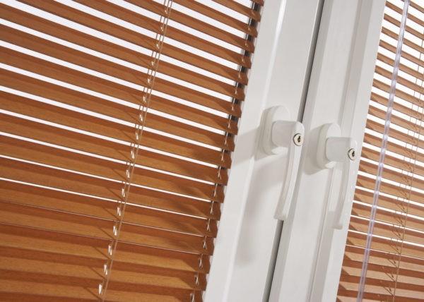 Пластиковые горизонтальные ламели, имитирующие древесину
