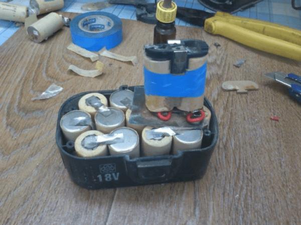 По завершению ремонта аккумулятор снова помещают в пластиковый короб АКБ и закрывают крышкой