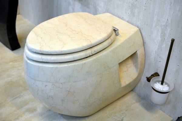 Сантехнический прибор из белого мрамора