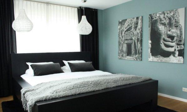 Большие картины и фотографии лучше смотрятся сбоку от кровати