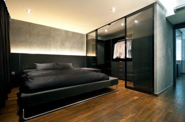 Глянцевая или стеклянная поверхность мебели оживляет интерьер в темных тонах