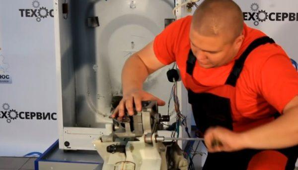 Шаг 2 – снятие мотора и амортизаторов