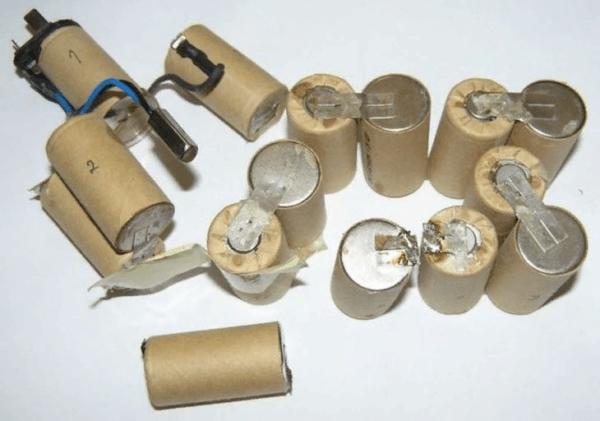От прежнего аккумулятора оставляют только контакты, чтобы подключить новый источник питания к инструменту