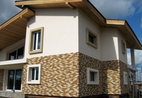 Фасад с комбинированной отделкой