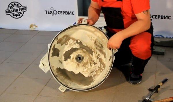 Задняя крышка бака после извлечения барабана