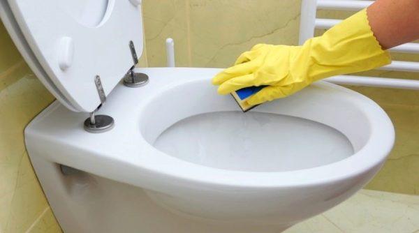 Для мытья сантехники нужно приобрести плотные перчатки