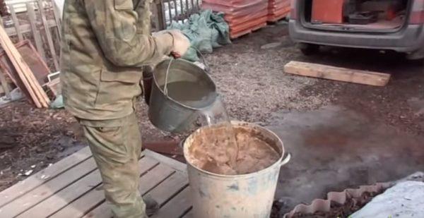 Глину необходимо залить чистой водой и оставить минимум на сутки