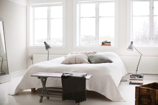 В просторной спальне уместно использовать торшеры, главное - подобрать модели простого дизайна