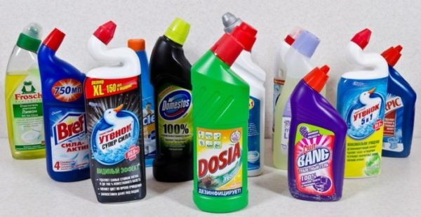 Большинство чистящих средств имеют упаковку, удобную для мытья под ободком унитаза
