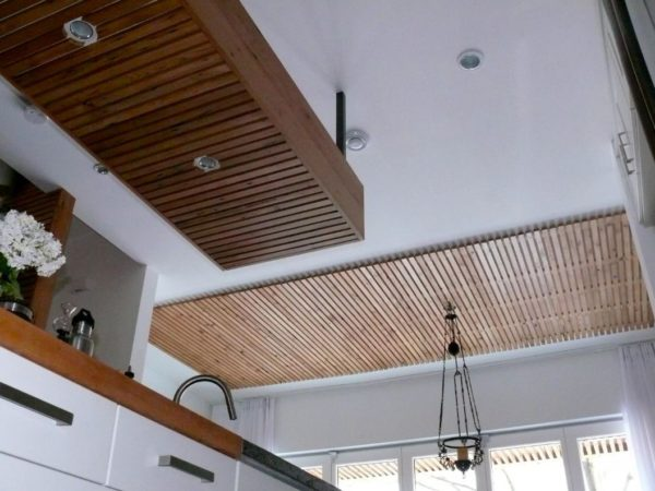 Простейшее исполнение потолка из реек