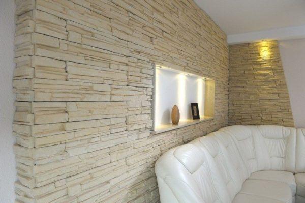 В зоне отдыха облицована стена с нишей