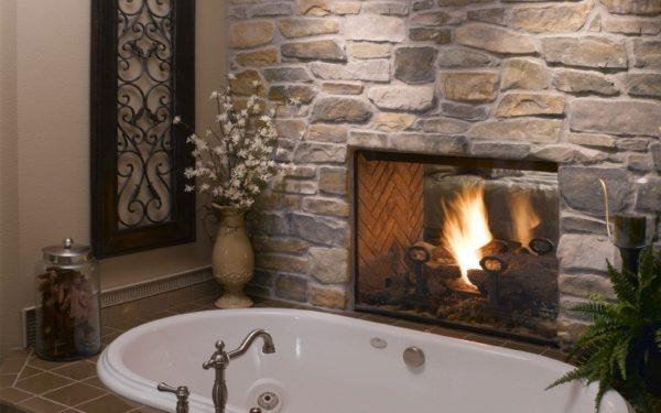 Необычное соседство ванной и облицованного камнем камина