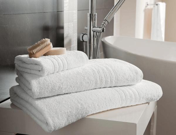 Мягкое полотенце позволит предотвратить образование царапин на поверхности карниза и самой ванне