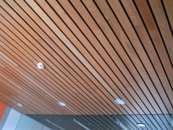 Реечный потолок открытого типа из деревянных элементов