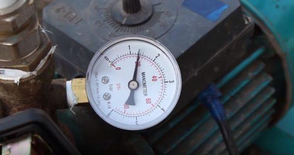 При спуске воды стрелка указывает снижение давления