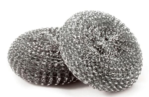 Жесткая металлическая сетка только повредит покрытие