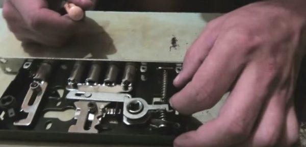 Чтобы правильно собрать замок после смазки, необходимо сразу запомнить расположение деталей в корпусе