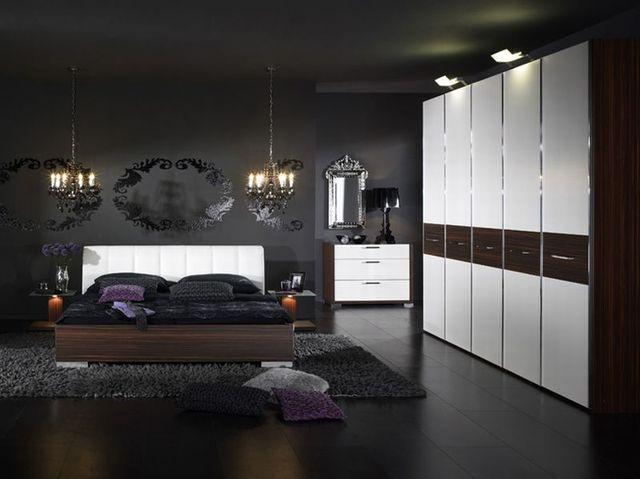 В этом варианте оформления черный потолок и пол эффектно оттеняют белую мебель в спальне