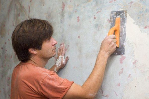 Шаг 2 – стену необходимо выровнять, но сильно заглаживать не обязательно