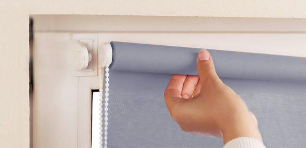 Рулонные шторы имеют небольшой вес, поэтому конструкция может держаться на двустороннем скотче