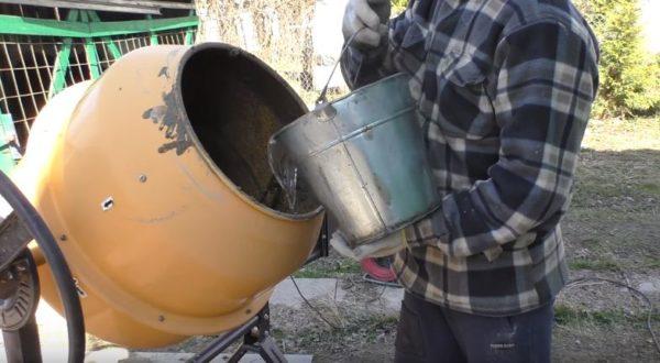 Всю воду сразу выливать в бетономешалку не нужно
