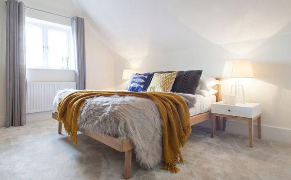 Основным элементом обстановки является добротная деревянная кровать