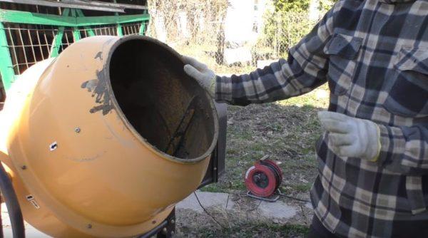 Для замеса используется бетономешалка объемом 200 л