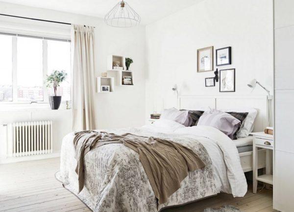 Над изголовьем кровати уместно будут смотреться фотографии в рамках