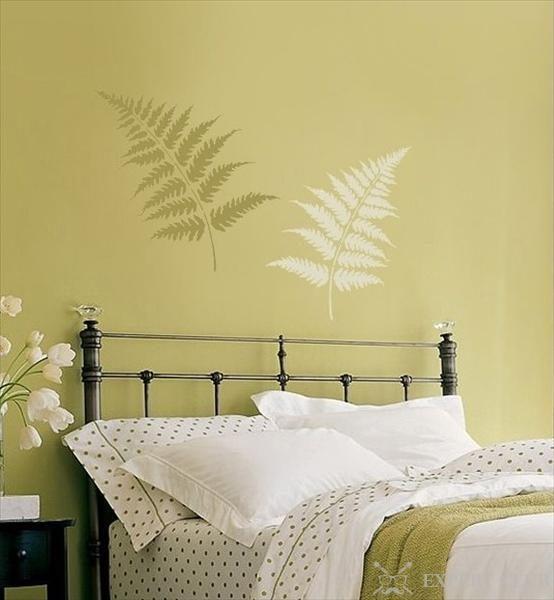 С помощью трафарета можно украсить стену над кроватью