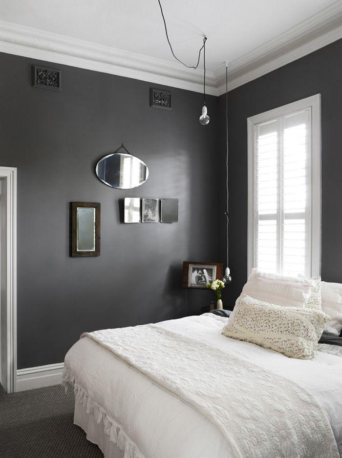 Черная отделка даже в маленькой спальне может смотреться очень выгодно