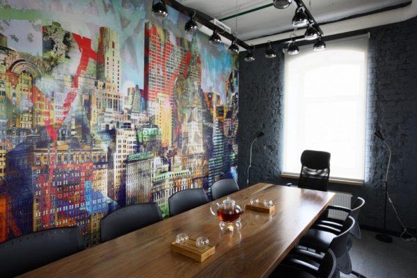 Современная интерпретация - небольшой кабинет с ярким панорамным изображением на стене