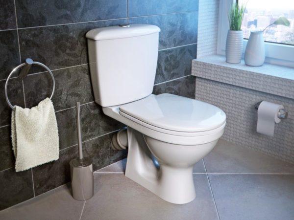 Косой отвод – труба канализации проходит за фальшь стеной, обложенной кафелем