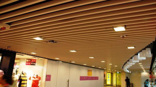 Открытые потолки в азиатском торговом центре
