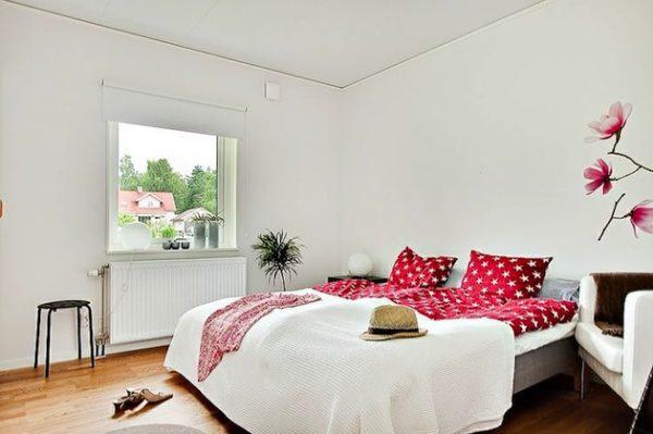 В спальне не должно быть громоздких шкафов или навесных полок