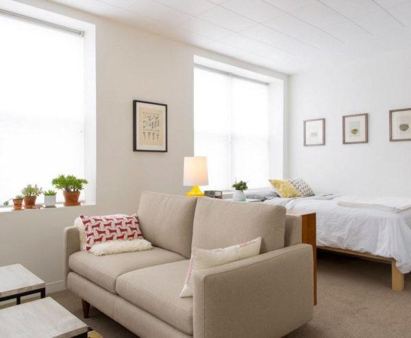 Диван позволяет визуально отделить зону для отдыха в маленькой комнате