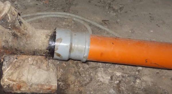 В манжету вставляется пластиковый переходник, затем подсоединяется труба ПВХ