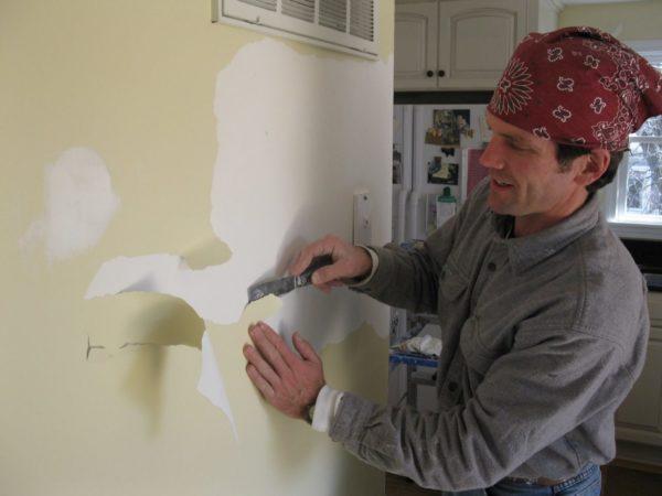 Так от стен отходит водоэмульсионная краска