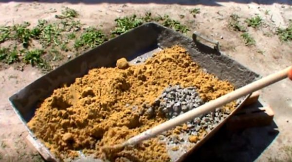 После добавления песка размешивать нужно очень тщательно